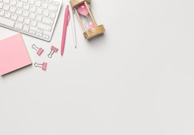 Mesa de escritório vista superior com computador, lápis, lembrete, papel de caderno