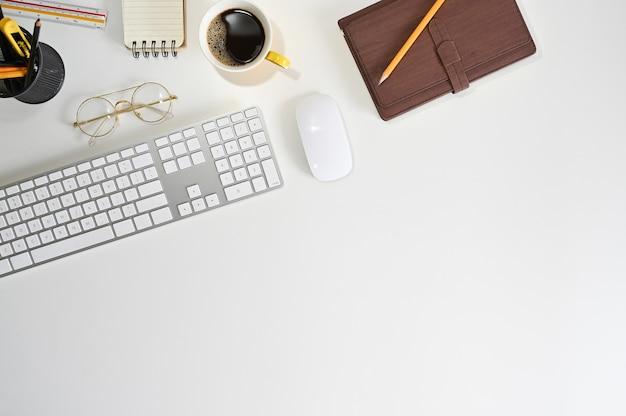 Mesa de escritório vista superior com teclado de computador, café, notebook no elegante local de trabalho