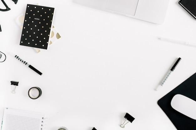 Mesa de escrivaninha de escritório criativa com laptop, notebook, papelaria e espaço de cópia em branco