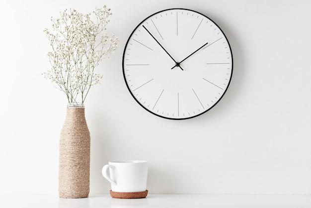 Mesa de espaço de trabalho mínima para escritório em casa com relógio de parede
