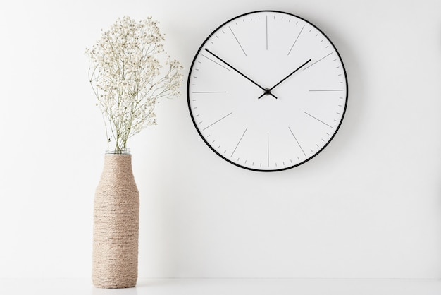 Mesa de espaço de trabalho mínimo home office com relógio de parede