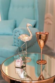 Mesa de espelho de café com vidro de latão e decoração flamingo