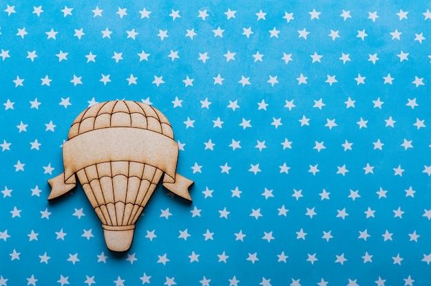 Mesa de estrelas brancas azuis com balão de ar quente
