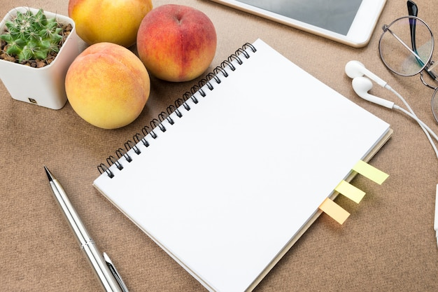 Mesa de estudante com caderno e caneta.