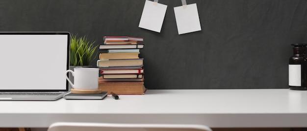 Mesa de estudo com simulação de laptop