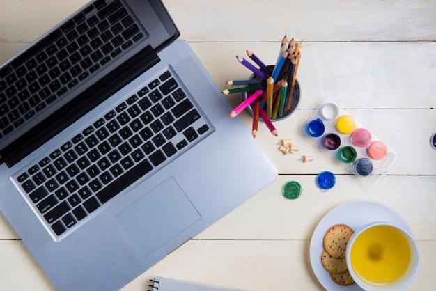 Mesa de estudo de maquete plana leigos, teclado de computador e artigos de papelaria.