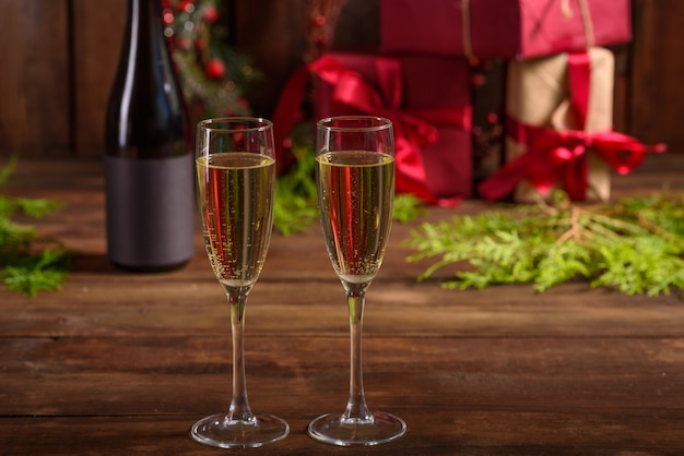 Mesa de férias de natal com copos e uma garrafa