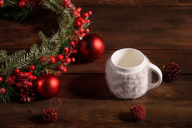 Mesa de férias de natal com xícaras de chá perfumado