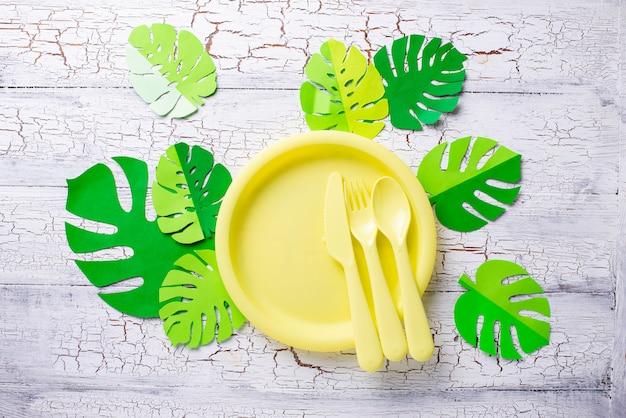 Mesa de festa de verão com pratos amarelos