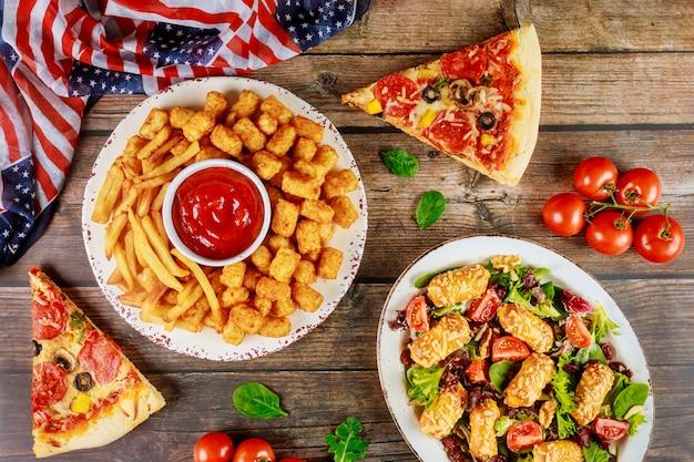 Mesa de festa do dia da independência com comida deliciosa para o feriado americano.