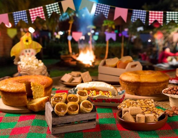 Mesa de festa junina brasileira.