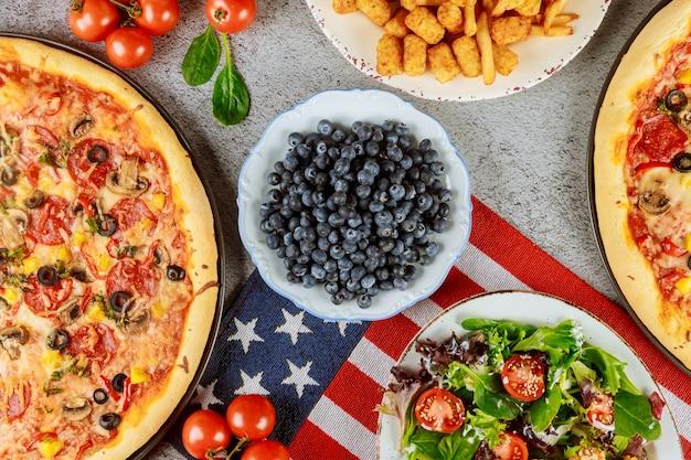 Mesa de festa nacional com comida deliciosa para o feriado americano.