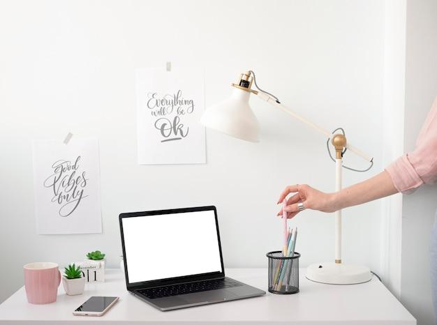 Mesa de freelancer em casa