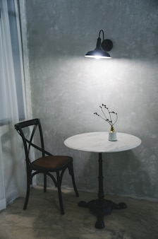 Mesa de garnite branca com cadeira e vaso