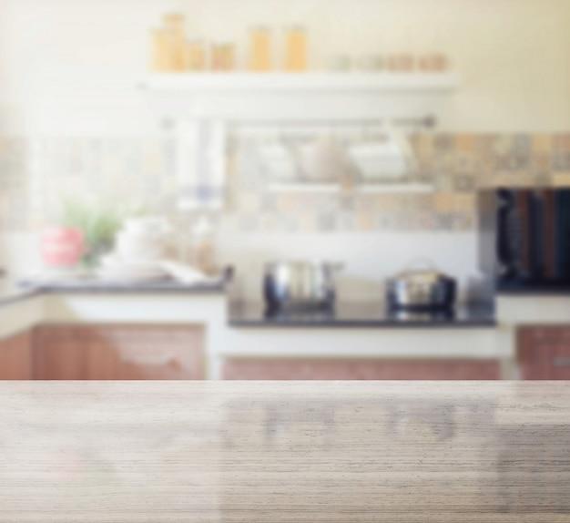 Mesa de granito e desfoque do interior da cozinha moderna como pano de fundo