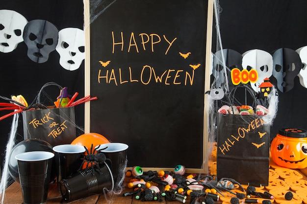 Mesa de halloween com decorações de festa