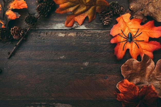Mesa de halloween de madeira com folhas coloridas