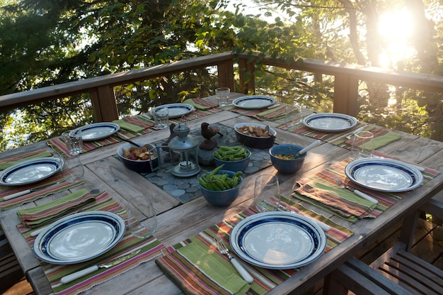 Mesa de jantar ao ar livre no lago dos bosques, ontário