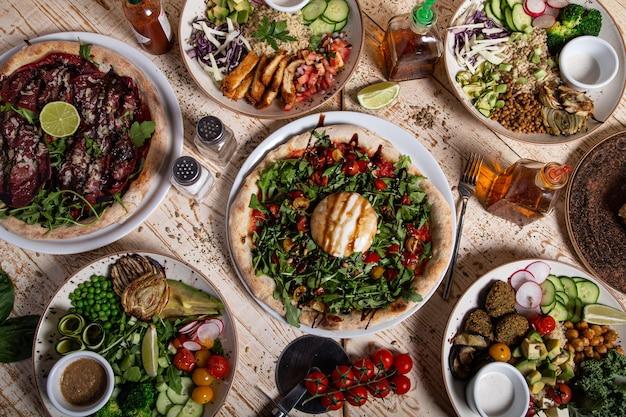 Mesa de jantar cheia de pratos tradicionais mexicanos e saladas