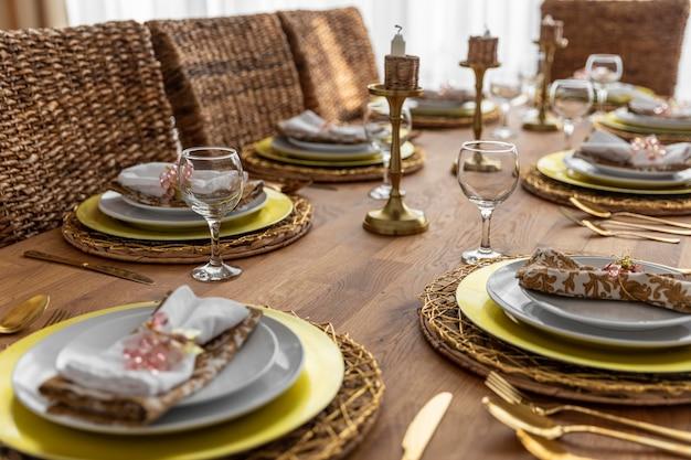 Mesa de jantar com arranjo de pratos