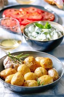 Mesa de jantar com batatas assadas