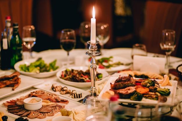 Mesa de jantar com comida saborosa em restaurante