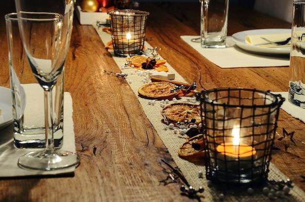 Mesa de jantar com decoração festiva para a celebração do natal e ano novo