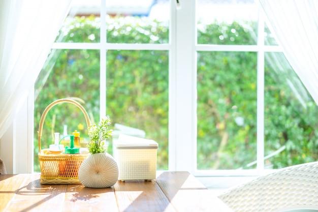 Mesa de jantar com luz solar da manhã e fundo da janela branca.