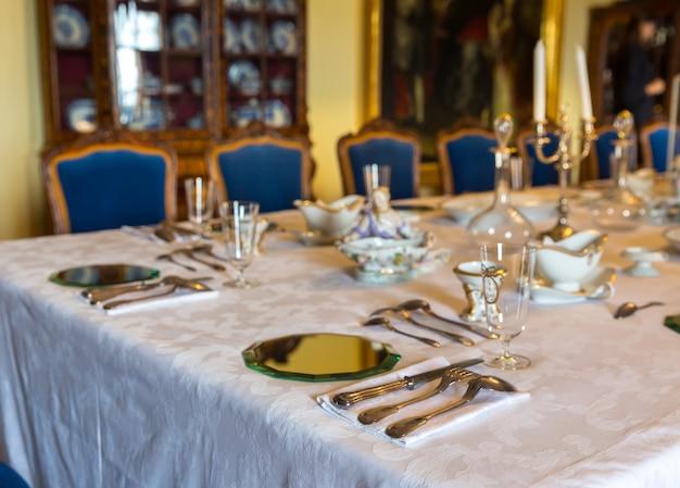 Mesa de jantar com pratos, museu da europa