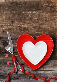 Mesa de jantar. conceito de amor para dia dos namorados. namorados. ame. cartão de dia dos namorados.