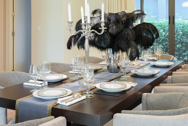 Mesa de jantar e cadeiras em casa moderna