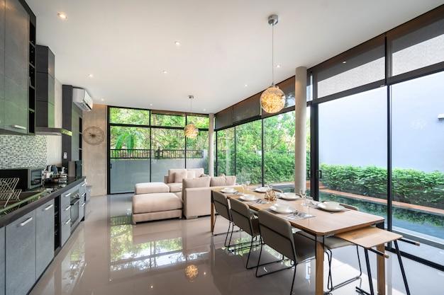 Mesa de jantar em design loft e espaço aberto para acesso à piscina