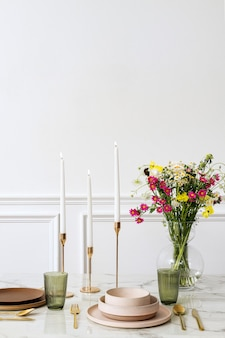 Mesa de jantar em salão boho chique moderno
