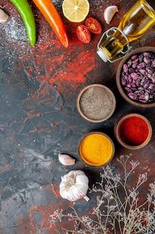 Mesa de jantar grãos de garrafa de óleo caídos e especiarias diferentes na mesa de cores diferentes