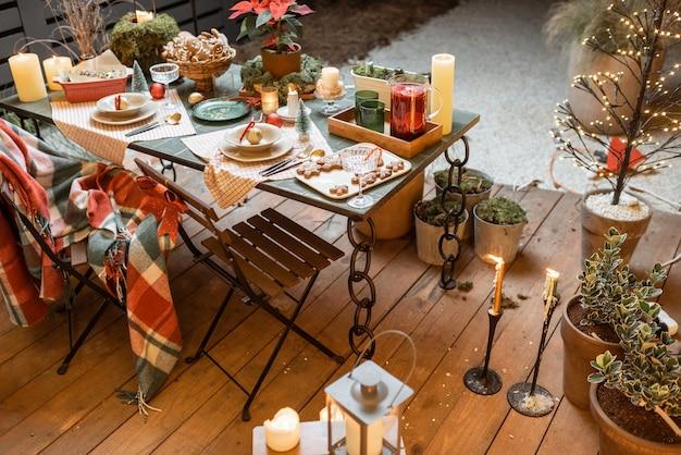 Mesa de jantar lindamente decorada no terraço ao ar livre durante as férias de ano novo