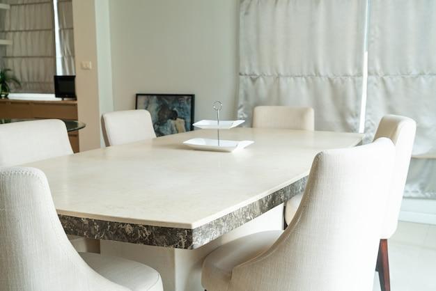 Mesa de jantar na sala de jantar em casa