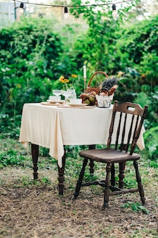 Mesa de jantar no quintal ao ar livre no campo, ninguém.
