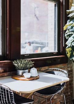 Mesa de jantar perto da janela em um restaurante