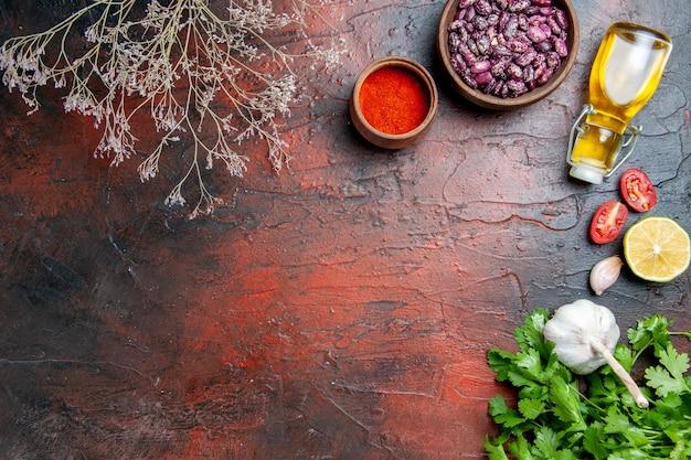 Mesa de jantar pimenta alho limão e verduras na mesa de cores misturadas