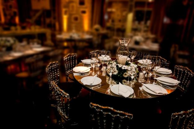 Mesa de jantar pronta para festa em salão de baile