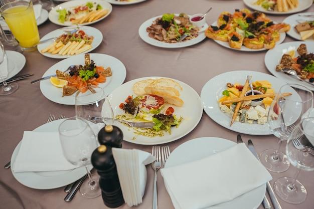 Mesa de jantar reservada festiva em restaurante