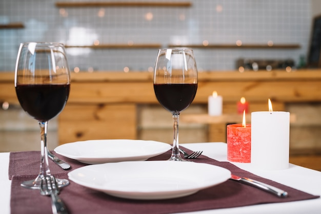 Mesa de jantar romântica com taças de vinho