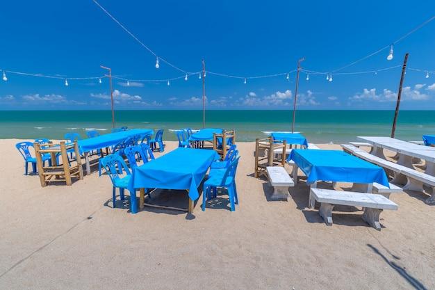 Mesa de jantar tropical à beira-mar na tailândia
