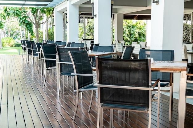 Mesa de jantar vazia e cadeira no café restaurante
