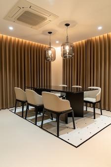 Mesa de jantar vazia e decoração de cadeira em casa