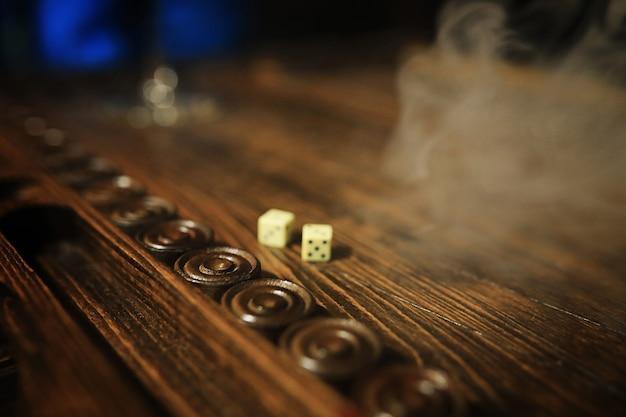 Mesa de jogo escuro dados feitos à mão e gamão jogos de azar