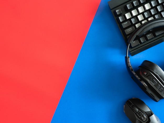 Mesa de jogos com teclado, mouse e fones de ouvido