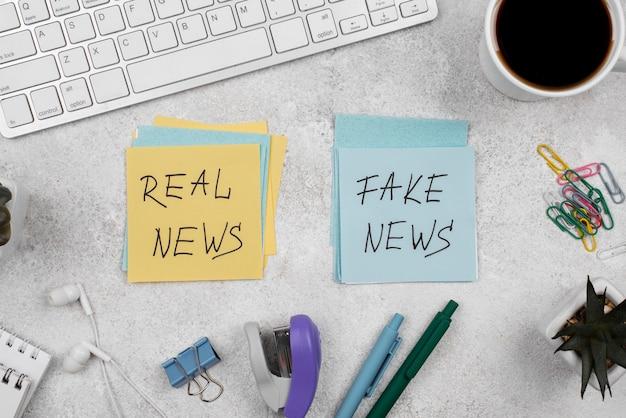 Mesa de jornalista com notícias falsas