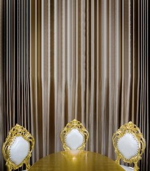 Mesa de luxuary dourado e decoração de assento na sala de jantar