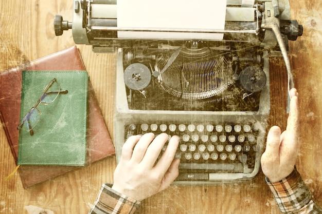 Mesa de madeira antiga foto máquina de escrever retrô